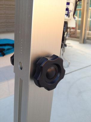 穴にネジを戻して両サイドをしっかり締めます。