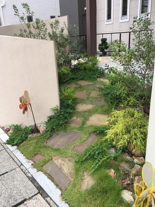 ちょっとした小路も天然石と芝生で可愛く仕上げて有りました!