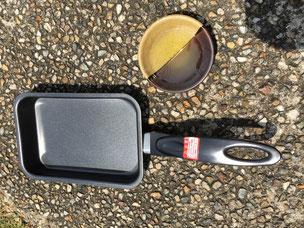 フライパンとオリーブオイルを皿に移し直射日光で温めておく