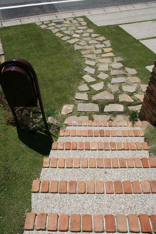 階段から続くアプローチはアルデンヌ・ウオーリングで質感を