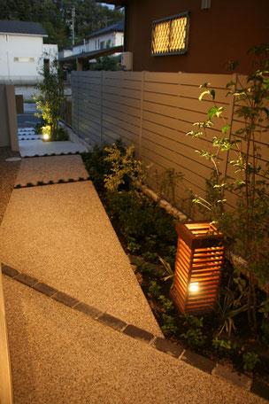夜のアプローチ。オリジナルデザインのランプシェードが存在感を放ちます。