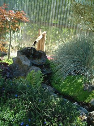 流れのもとには竹で作ったお手製の筧が 庭園主の庭好きが伺える