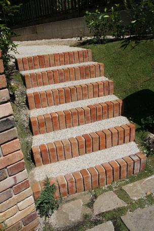 門柱脇のアプローチ階段 洗い出しの質感も自然風によく合う