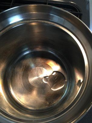 鍋に油をひいて少し熱します。