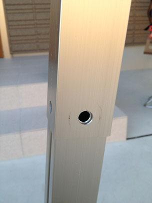 伸ばしたままになっているのでサポート柱に穴が見えます。