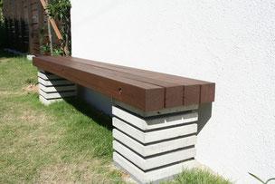 ハードウッドのベンチとコンクリート板の台座