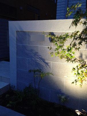 メインの門塀はタイルを貼っている。このタイルの選定はデザインを決めるものであるので非常に慎重になった。