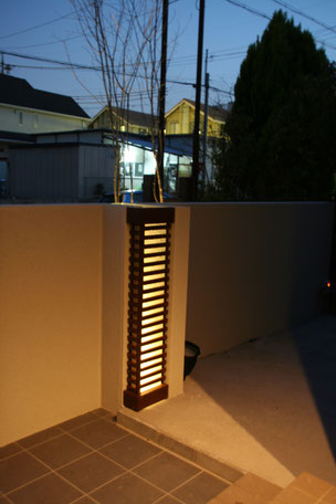 控え壁を利用して作ったオリジナルのランプシェード 玄関を出たらすぐ見られる 夜になっても存在感があります。