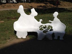 ムーミンが語らっているかのようなデザインのベンチ しっかりとデザインされていますなあ