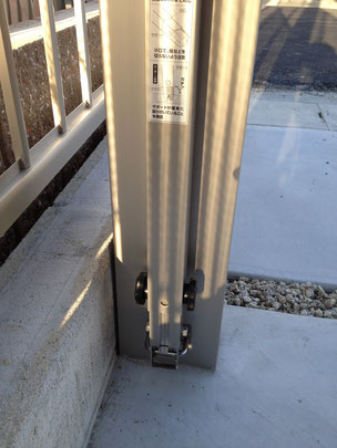 YKKエフルージュグランに柱に取り付けられた着脱式のサポート柱