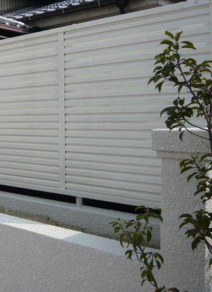 ブロック塀の上に施工された既製品の目隠しフェンス 既製品だけに目隠し幅や目隠し高さをあらかじめチェックしておく必要がある