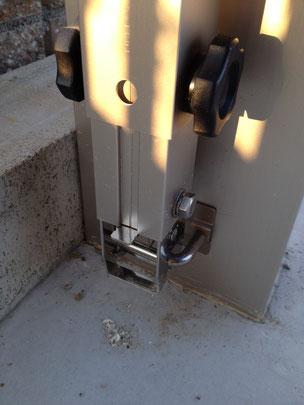 下にあるレバーを押すと柱が外れます