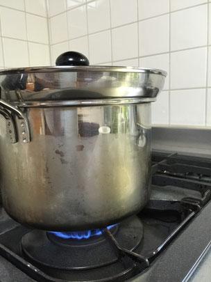 たっぷりのお湯を沸かします。