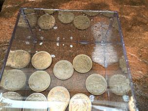 10円玉を入れた容器に雨がいっぱいになった。