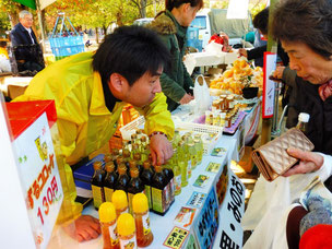柚子など地元野菜を使った調味料が大好評!
