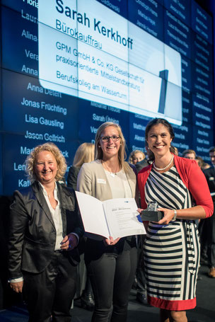 Anja Meuter, Sarah Kerkhoff und Silke Sommers bei der Übergabe der Auszeichnung