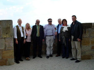Gruppenbild mit Vorstandschaft Los Salerosos und Dirigent Blaskapelle Meeder