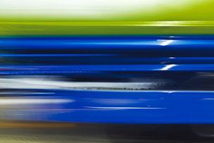abstrakte Darstellung vorbeifahrender LKW