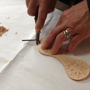 縫う部分にステッチンググルーバー(道具)で表側のみ溝を彫ります