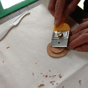 貼った芯の革の周りを、なだらかになるよう削ります