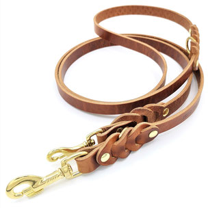 Braune Hundeleine mit geflochtenen Accessoires und goldenen Messingkarabinern aus Leder