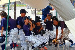日よけテントが活躍しました。コーチを追い出して席を占領する3年生たち・・・
