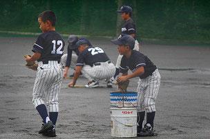 手が泥だらけになりながら、「楽しい」と言っていた選手たち。水抜きは初めての経験でした。