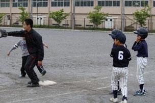 KETくんが出塁したら、「俺がいく」と一塁コーチが三人に。そんなにいらないよ・・(笑)。 でも、その気持ちが嬉しいですね。