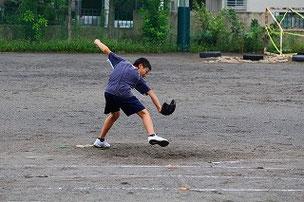 なんでマウンドでソーラン節を踊っているの?? と、思ったら、アンダースローの練習をしていました。左のアンダースロー投手はとても珍しいので習得してみたら?