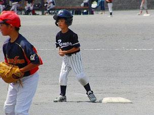試合で盗塁を決めました。