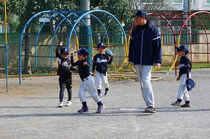優しいコーチと楽しく練習しているキッズの部