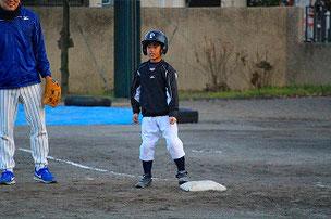 YUK君はショート超えのヒットで出塁。立派です。