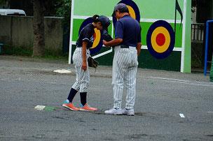 監督とYURさん。「え、投球練習?クツが汚れちゃう嫌だな・・」(冗)