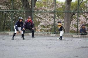 小さな一塁手と大きなランナー