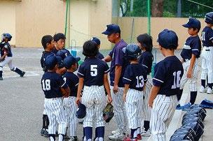 コーチを囲む選手たち