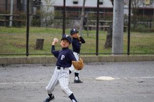 春休みで守備が少し上手になったので三塁手に挑戦したFくん。ちなみに、昨日の解散後、暗くなるまでトスバッティングをがんばった努力家のFくんでした。
