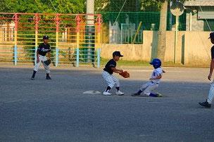 捕手Aくん、二塁手SOUくん が盗塁を阻止しました。SOUくん、逃げずによくがんばったね。ナイスプレーでした。