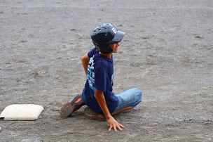 出塁したと思ったら、走塁で足を痛めて退場・・・・。いつになっても楽しませてくれるSHUN君でした。来年の高校受験を頑張ってね。
