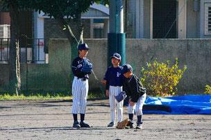 なかなか打球が飛んで来ずに、しゃべり始めた3年生たち。グローブをはめなさい。