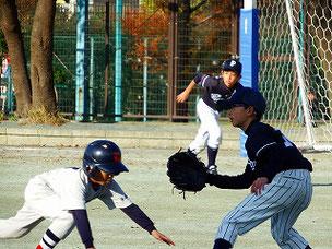 一塁へのけん制で、ちゃんとカバーに動き出すYUK君。えらいね。