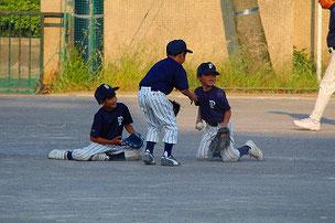 ボールをとりあう3年生たち