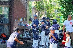 キング(かんとく)が出てきて、上級生と低学年生にいっせい放水。上低戦争、これにて終結。