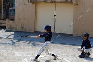 かっこいいフォームになってきたAくん。 フォームが良くなってきたと同時に打球が飛ぶようになってきました。いいぞ!
