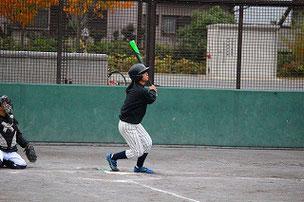 午前にゲットしたバットで早速三塁打をかっ飛ばしたYURさん。良いバットをゲットしたね!