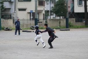 小学生だろうと、幼稚園児だろうと、球を持ってしまうと、容赦をしないNAOコーチ(笑)。