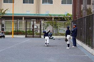 次の試合にむけて投球練習する6年生たち
