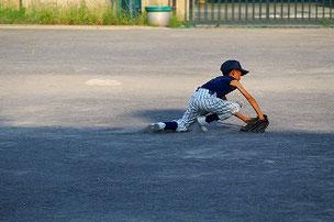 ショートのHAR君。とても上手でした。守備範囲が広く一塁への送球がとても良かったです。ショートの有力候補に躍り出ました。唯一の欠点は足が速すぎて、どこにでもカバーに行ってしまうことです(笑)。セカンドゴロの時に1塁のカバーにいるときはさすがにウケました。