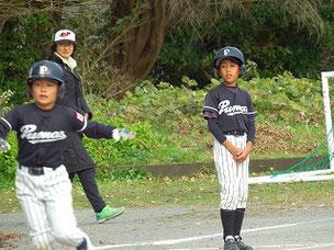 """""""何かあったの?""""と、お行儀良い姿勢で傍観する三塁コーチャー。 こらっ!(笑) カメラマンナイス!"""