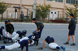 サボる選手がいるので、Mコーチと中学生が腕立て伏せをチェック。13番、まじめにやれい!