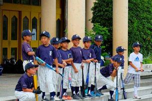 バッティング練習、振り分けの儀式を待つ選手たち